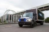 Daimler übergibt ersten elektrischen Freightliner Lkw für Praxiseinsatz bei Penske Truck Leasing in den USA