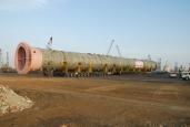Ausnahmetransport zu Wasser und zu Land - Boxco transportiert 880 Tonnen schweren Trennturm für mexikanische Raffinerie auf 2 x 28 Achslinien SCHEUERLE-KAMAG K25 SPE zum Hafen von Mumbai