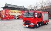ZWEI RENAULT MIDLUM-FEUERWEHRFAHRZEUGE ZUM SCHUTZ DER VERBOTENEN STADT IN CHINA