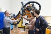 Roboter entfernt Flugzeuglack präzise mit Mais