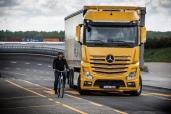 Jeder dritte neue Mercedes-Benz Actros und Antos in Deutschland mit Abbiege-Assistent