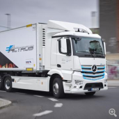 Saubere Lösung: Erster Schmitz Cargobull Wechselkoffer mit E-Kühlgerät auf Mercedes-Benz eActros geht an EDEKA